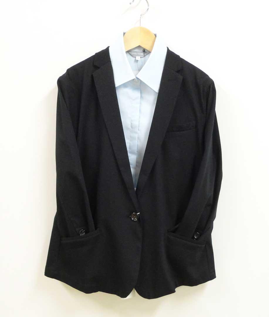 黒いジャケットと水色のシャ