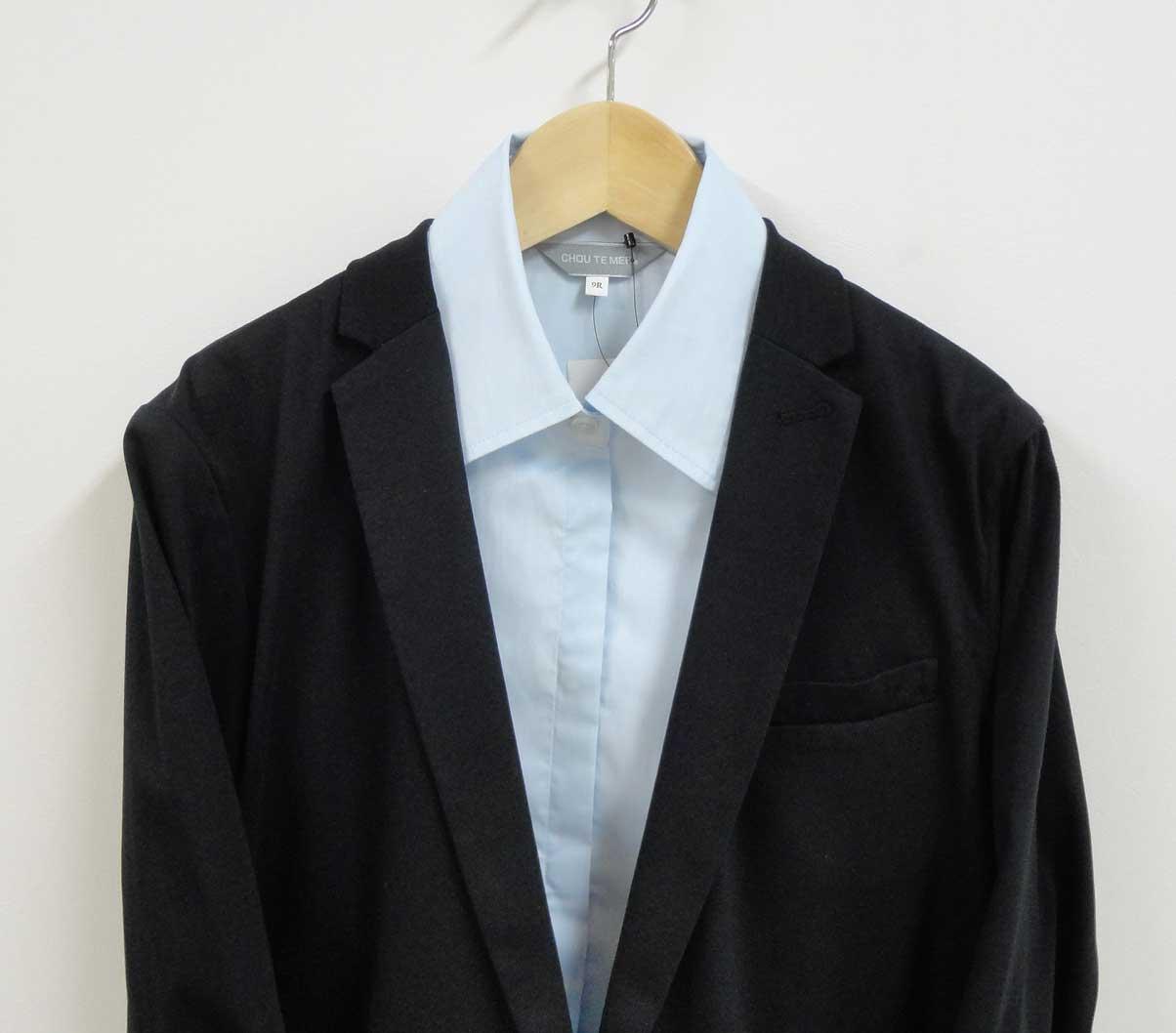 黒いジャケットと水色のシャ2