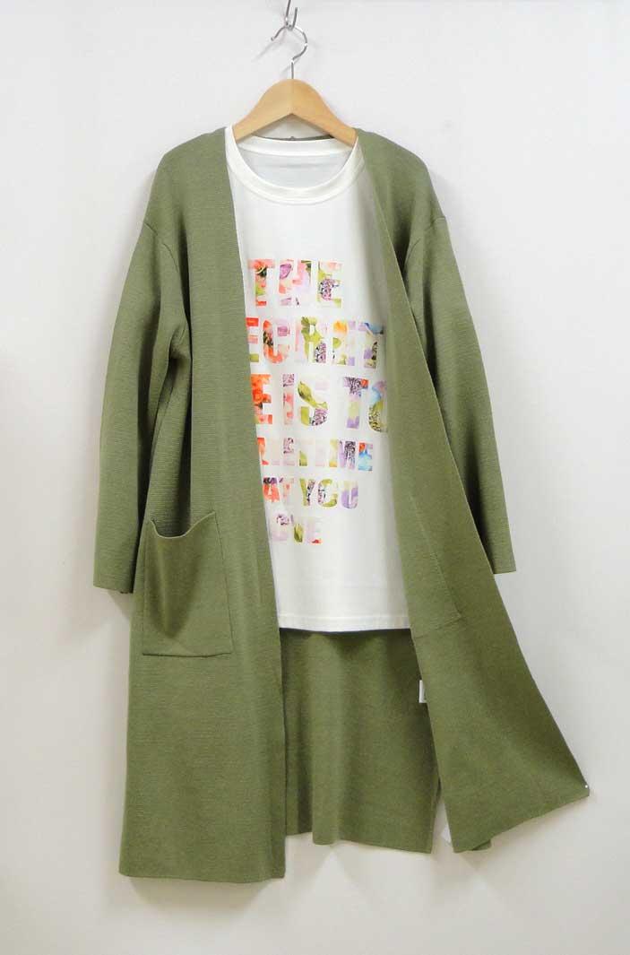 グリーンのロングカーディガンと白いTシャツのコーディネート