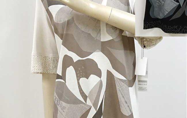 柄とロゴの半袖の綿カットソーベージュと黒