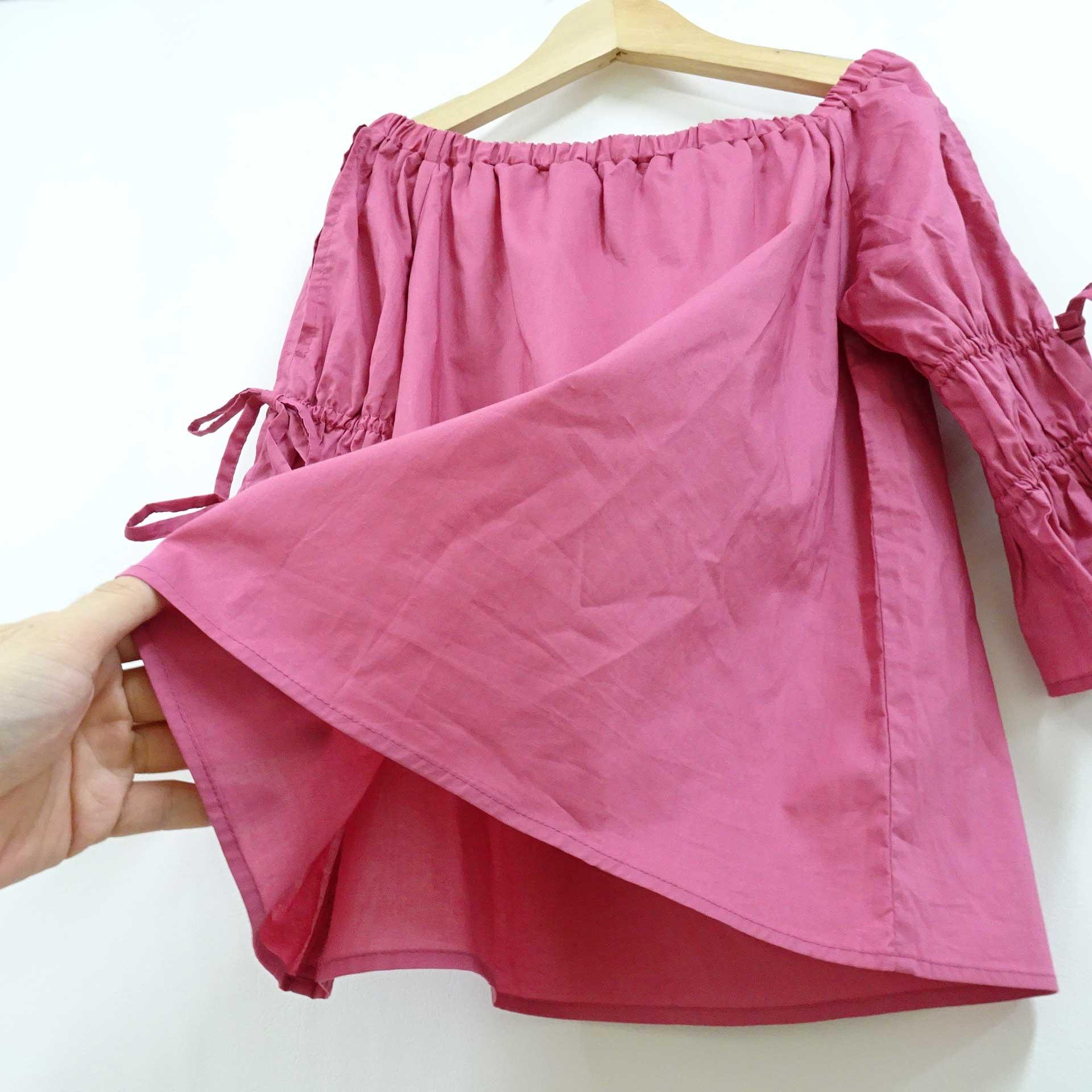 胸と袖にゴムギャザーを入れた可愛い綿ブラウスのチェリーピンク