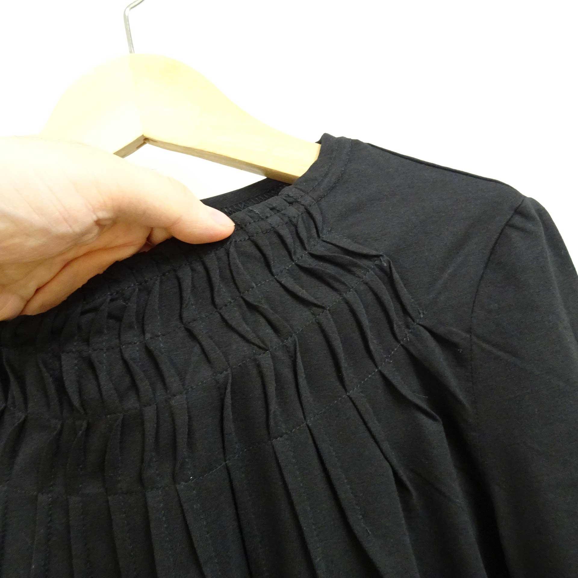 デコルテにタックの入った半袖カットソー黒