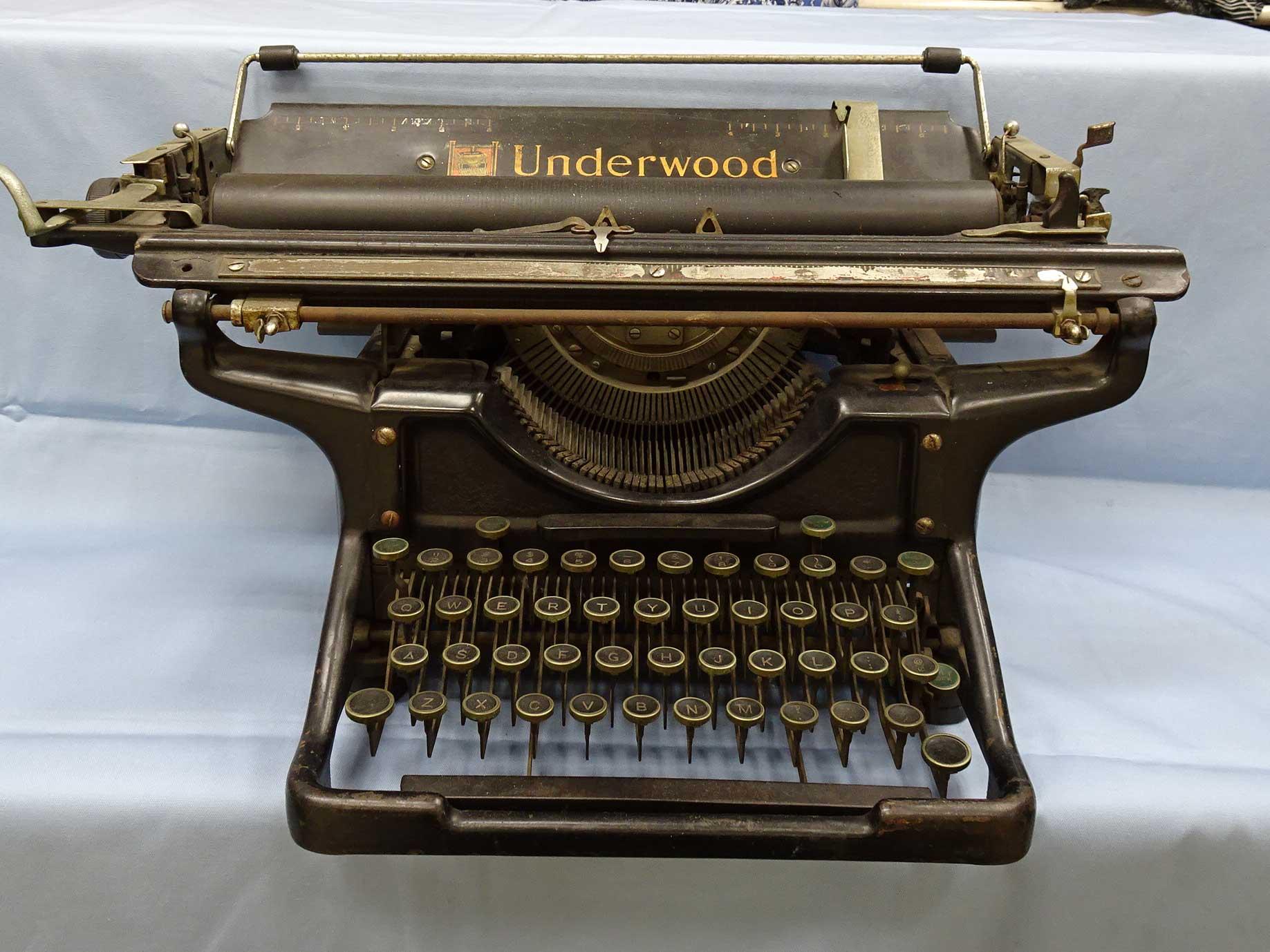 アンティークのタイプライターアメリカ製UNDERWOOD