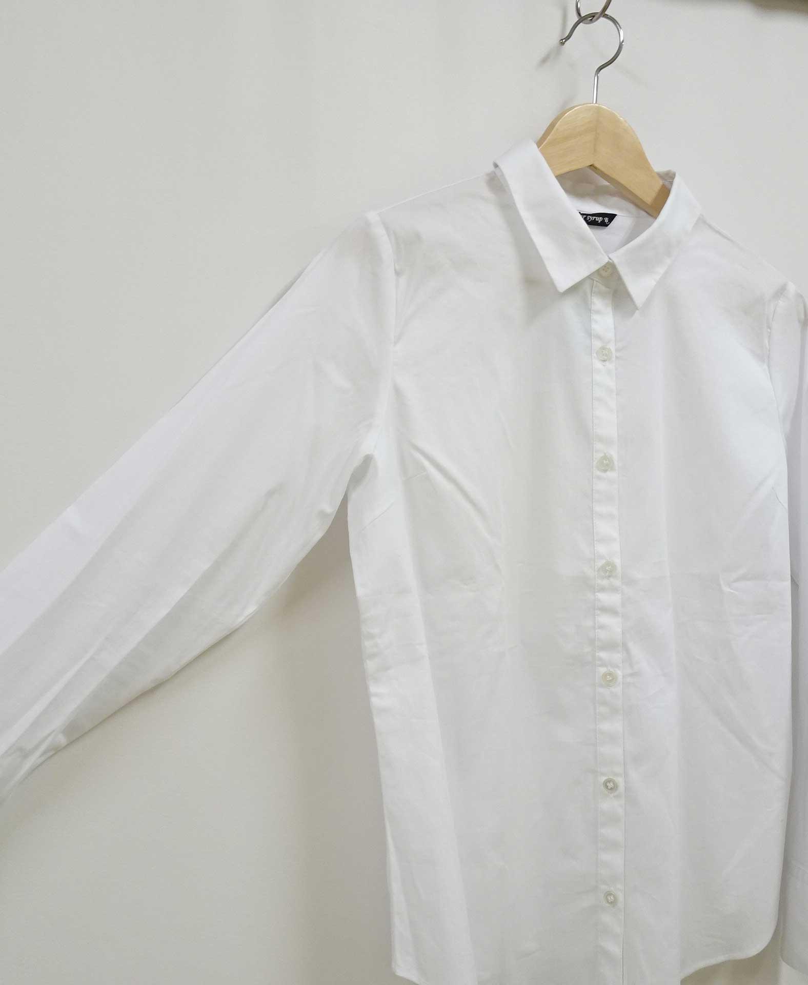 襟付きの白いシャツ