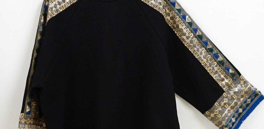 黒いラグランスウェットにゴールドスパンコール刺繍