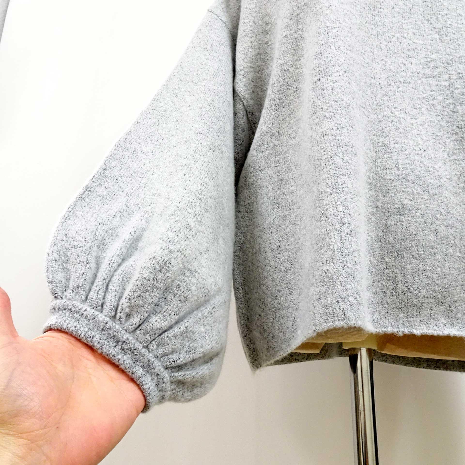 ふわふわの温かいニットセータードルマンスリーブライトグレー袖