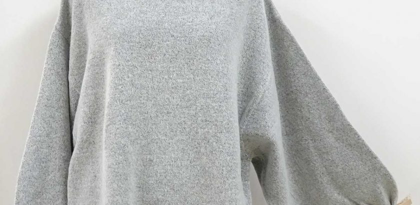 ふわふわの温かいニットセータードルマンスリーブライトグレー全体像