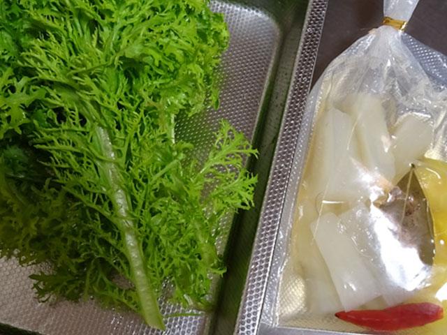 わさび菜とピクルス