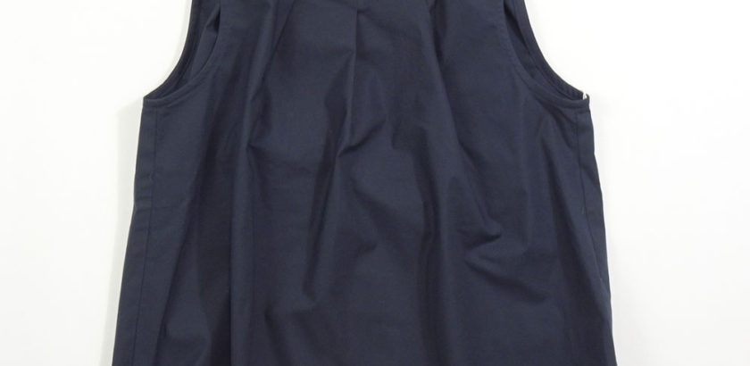 濃紺のノースリーブコットントップス