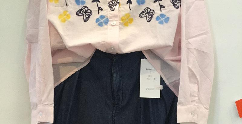 薄いピンクの刺繍長袖シャツとブルーのワイドパンツ