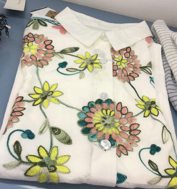 刺繍した白い長袖シャツレディース